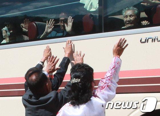 [사진]이산가족들 아쉬운 '작별상봉'