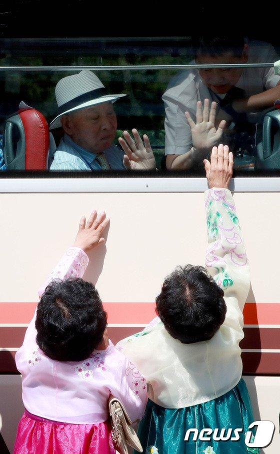 [사진]헤어짐 아쉬운 이산가족들