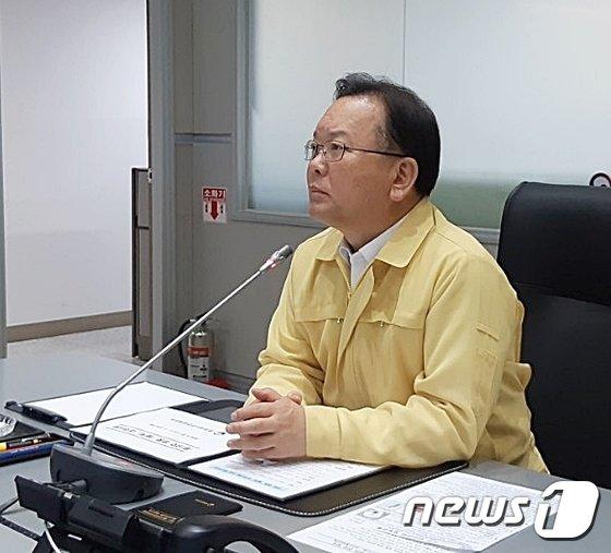 [사진]김부겸 장관, 중앙재난안전상황실 야간 점검