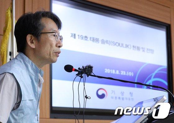 [사진]태풍 솔릭 전망 발표하는 정관영 예보정책과장