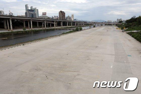 [사진]태풍 '솔릭' 북상에 텅 빈 탄천 주차장