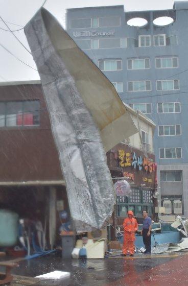 강한 바람에 떨어진 지붕/사진=뉴스1