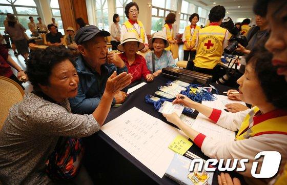 [사진]'설레는 마음'…이산가족 2차 상봉단 속초 집결