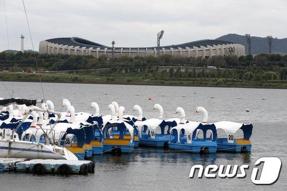 [사진]태풍 북상에 한강 오리배도 결박
