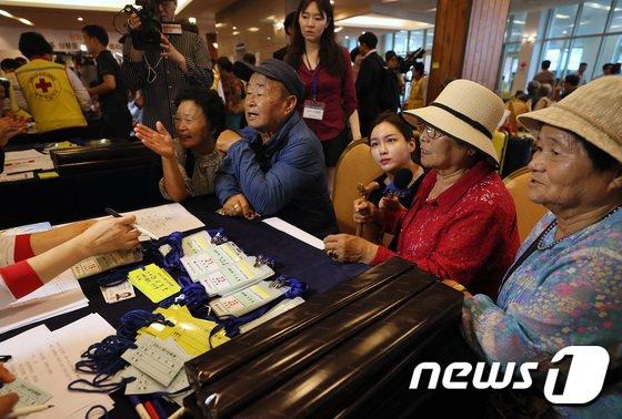 [사진]이산가족상봉 2회차 접수하는 어르신들
