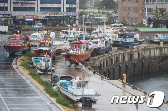 [사진]육지로 올라온 선박들 '태풍아 지나가라'