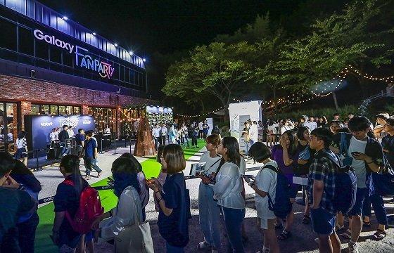 지난 14일 부산 청사포에 위치한 카페 라벨라치타에서 열린 '갤럭시 팬 파티'에서 참석자들이 행사장에 입장하고 있다. /사진제공=삼성전자