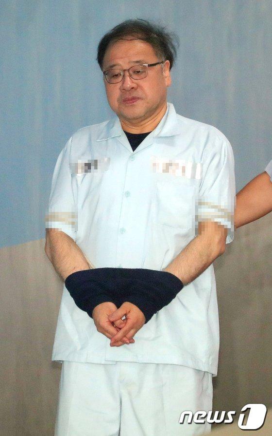 [사진]굳은 표정으로 선고공판 출석하는 안종범