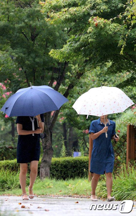 [사진]비 내리는 서울 '태풍 가고 가을 오나'