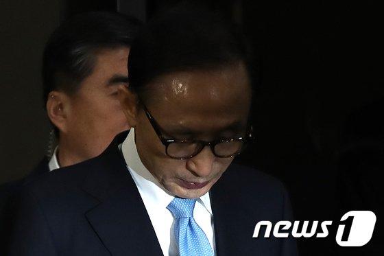'뇌물수수·횡령·조세포탈' 등의 혐의를 받고 있는 이명박 전 대통령 © News1