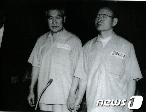 전두환, 노태우 전 대통령이12·12, 5·18과 관련해 법정에 서 있는 모습 © News1