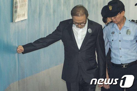 [사진]벽 짚는 이명박 전 대통령