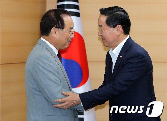 [사진]반갑게 악수하는 김상곤 부총리와 하윤수 한국교총 회장