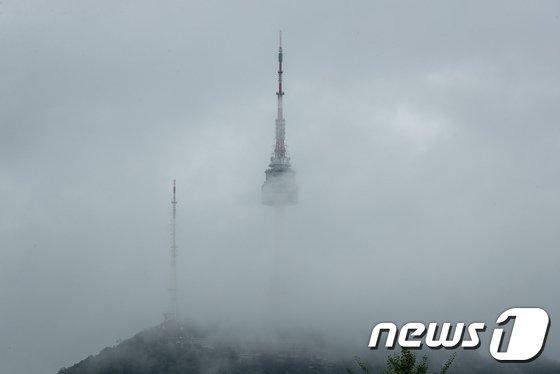 [사진]구름 사이로 숨은 남산타워
