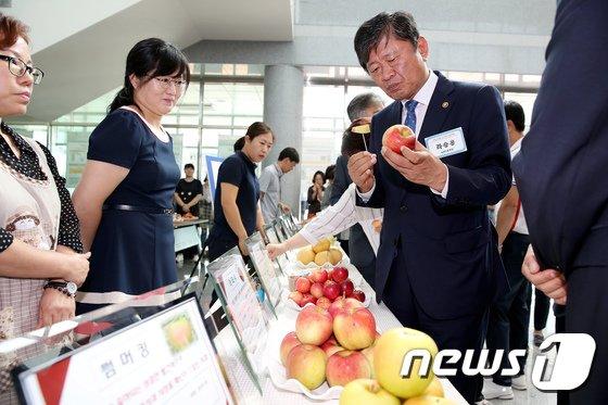 [사진]사과 '아리수' 맛보는 라승용 농촌진흥청장