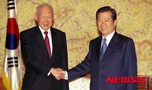 리콴유 전 총리는 한국을 방문해 박정희 대통령 등 역대 대통령과도 만남을 가졌었다. 사진은 1999년 10월 22일 김대중 대통령 리콴유 전 싱가포르 수상 접견 모습. /사진=한국정책방송원 제공, 뉴시스