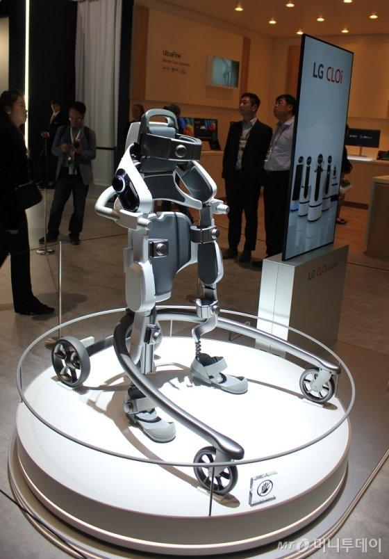 31일(현지시각) 독일 베를린에서 개막한 유럽 최대 가전전시회 'IFA 2018'에서 LG전자가 하체 근력 지원용 웨어러블 로봇 'LG 클로이 수트봇'을 공개했다. /사진=심재현 기자