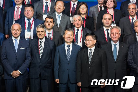 [사진]이진성 헌재소장 '각국 헌법재판관들과 함께'