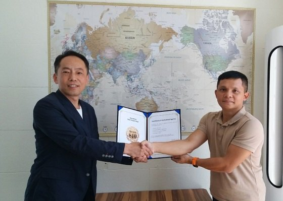 '시크릿810' 수출 계약을 체결하고 최도연 어거스트텐 대표(사진 왼쪽)와 베트남 'GNK 그룹' 관계자가 기념 사진을 찍고 있다/사진제공=어거스트텐