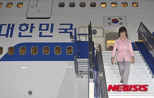 2015년 4월18일(현지시간), 박근혜 전 대통령이 페루 리마 공군 제2비행단 비행장에 도착하고 있다./사진=뉴시스