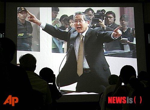 사진은 2007년 12월10일 후지모리 전 대통령이 재판정에서 흥분해 인권침해 및 권력남용 혐의를 부인하는 장면이 TV로 중계되고 있는 모습./사진=뉴시스