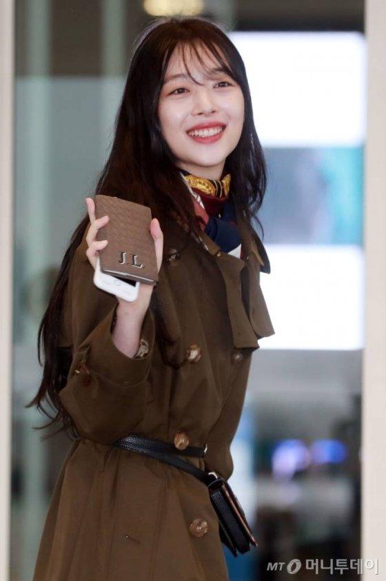 가수 설리가 패션화보 촬영을 위해 뉴욕으로 3일 오전 인천국제공항을 통해 출국하고 있다. /사진=임성균 기자