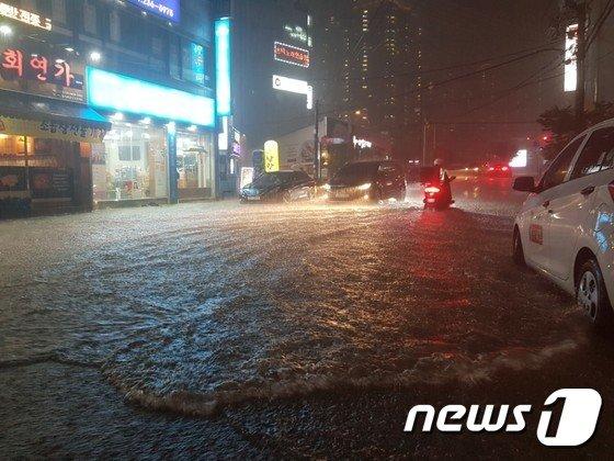 [사진]폭우 속 하수도 역류로 물바다 된 청주시내 도로