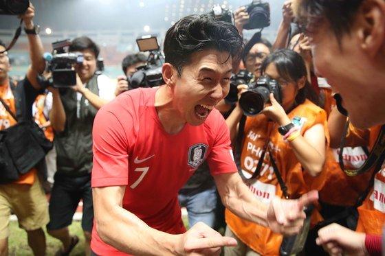 1일 오후 인도네시아 보고르 파칸사리 스타디움에서 열린 2018 자카르타·팔렘방 아시안게임 U-23 남자축구 결승전에서 손흥민이 환호하고 있다. 이날 경기는 연장 접전끝에 대한민국이 일본을 2대1로 꺾고 금메달을 차지했다./사진=뉴스1