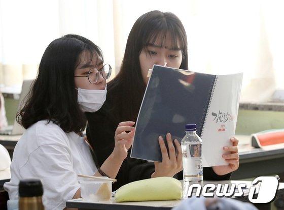 [사진]'친구와 함께 공부'