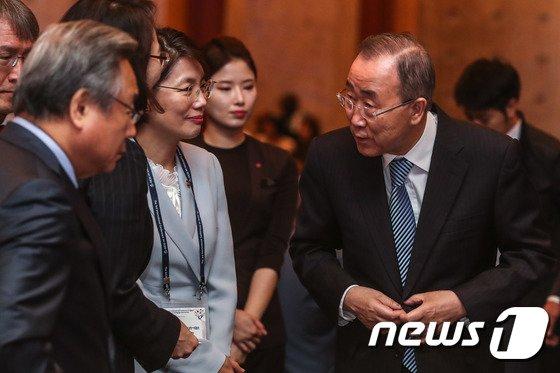 [사진]참석자들과 대화 나누는 반기문 전 유엔 사무총장
