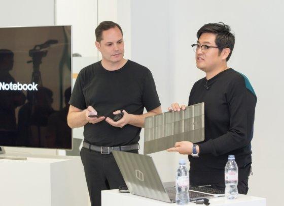 펠리스헤크 소장(왼쪽)과 여홍구 부소장이 3일(현지시간) 영국 런던 플리트 플레이스(Fleet Place)에 위치한 삼성전자 유럽 디자인 연구소에서 오디세이 게이밍PC를 소개하고 있다. /사진제공=삼성전자