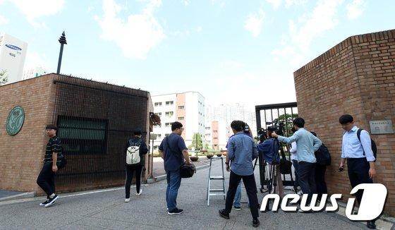 [사진]경찰 '시험문제 유출 의혹' 숙명여고 압수수색 진행중