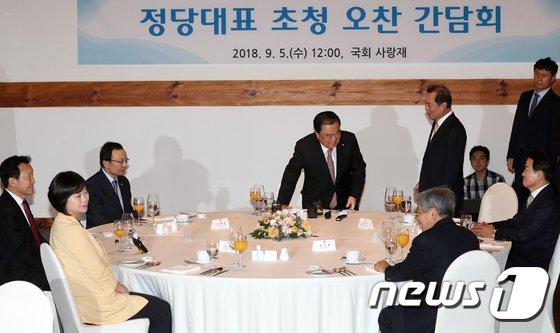[사진]김병준 '늦어서 죄송합니다'