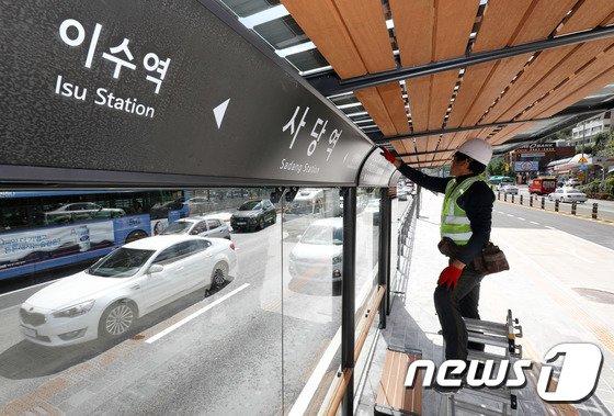 [사진]버스정류소 점검하는 공사 관계자