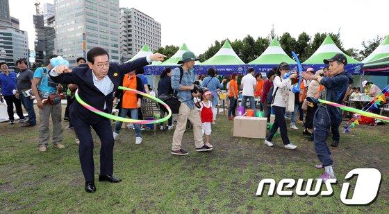 [사진]박원순 시장 '훌라후프 해볼까'