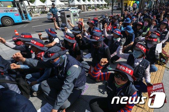 [사진]구호 외치는 금속노조 조합원들