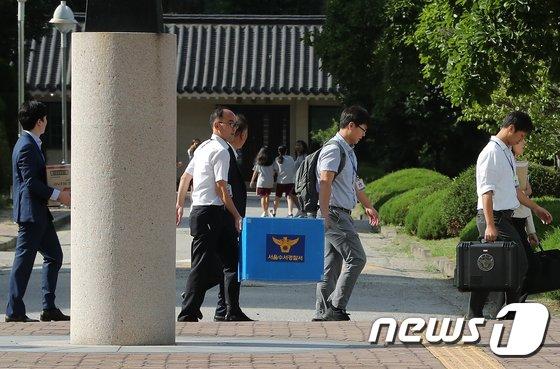 [사진]'시험문제 유출' 숙명여고 압수품 옮기는 경찰 수사관들