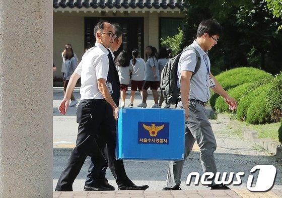 [사진]경찰, '시험문제 유출 의혹' 숙명여고 압수수색 종료