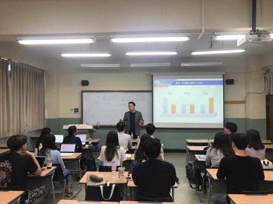 배헌 더와이파트너스 대표가 숭실대학생들을 대상으로 취업 특강을 펼치고 있다/사진제공=더와이파트너스