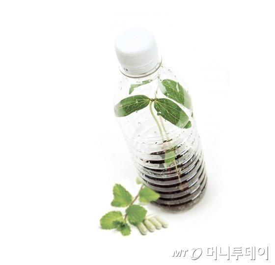 SK케미칼이 개발한 '바이오 플라스틱' 에코젠을 활용해 만든 페트병./사진=SK케미칼