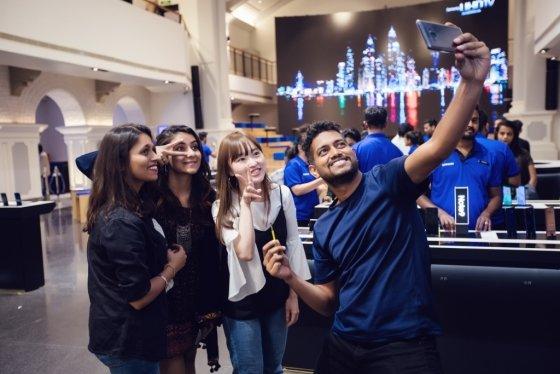 인도 삼성 오페라하우스에서 고객들이 '갤럭시노트9'을 체험하고 있다./사진=삼성전자