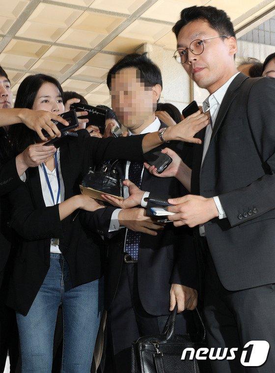 [사진]취재진 질문받는 김현석 수석재판연구관