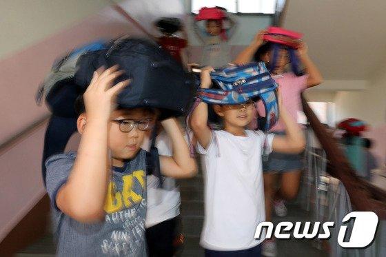 [사진]'지진 발생하면, 가방으로 머리를 보호하고'