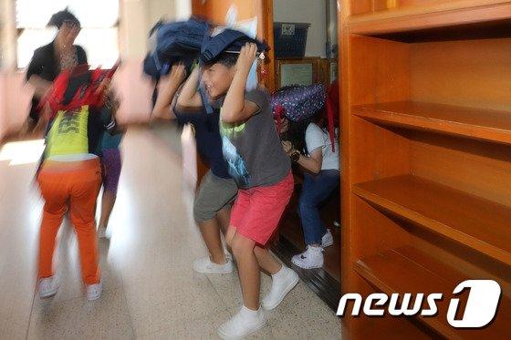[사진]'지진 대피훈련하는 어린이들'