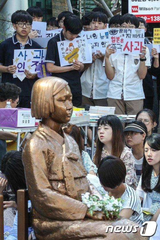 [사진]손피켓 들고 소녀상 지키는 시민들