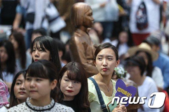 [사진]진지한 눈빛의 수요시위 참가자