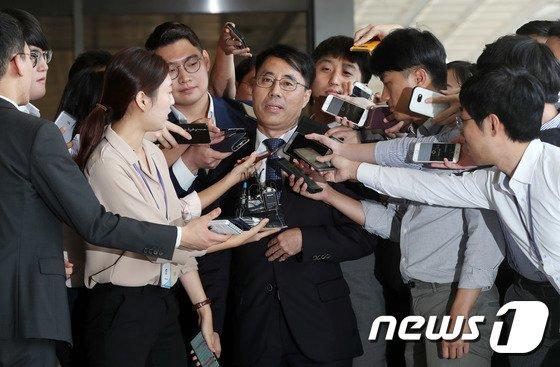 [사진]취재진 질문에 답하는 유해용 전 수석재판연구관