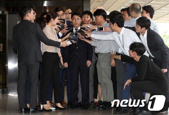 [사진]유해용 전 수석재판연구관, 많은 관심 속 검찰 재소환