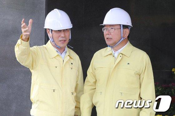 [사진]지진 대피훈련 상황 지켜보는 김부겸 장관