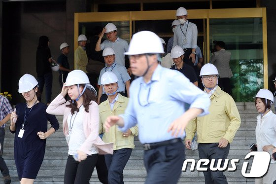 [사진]'지진 대피훈련, 실전처럼'